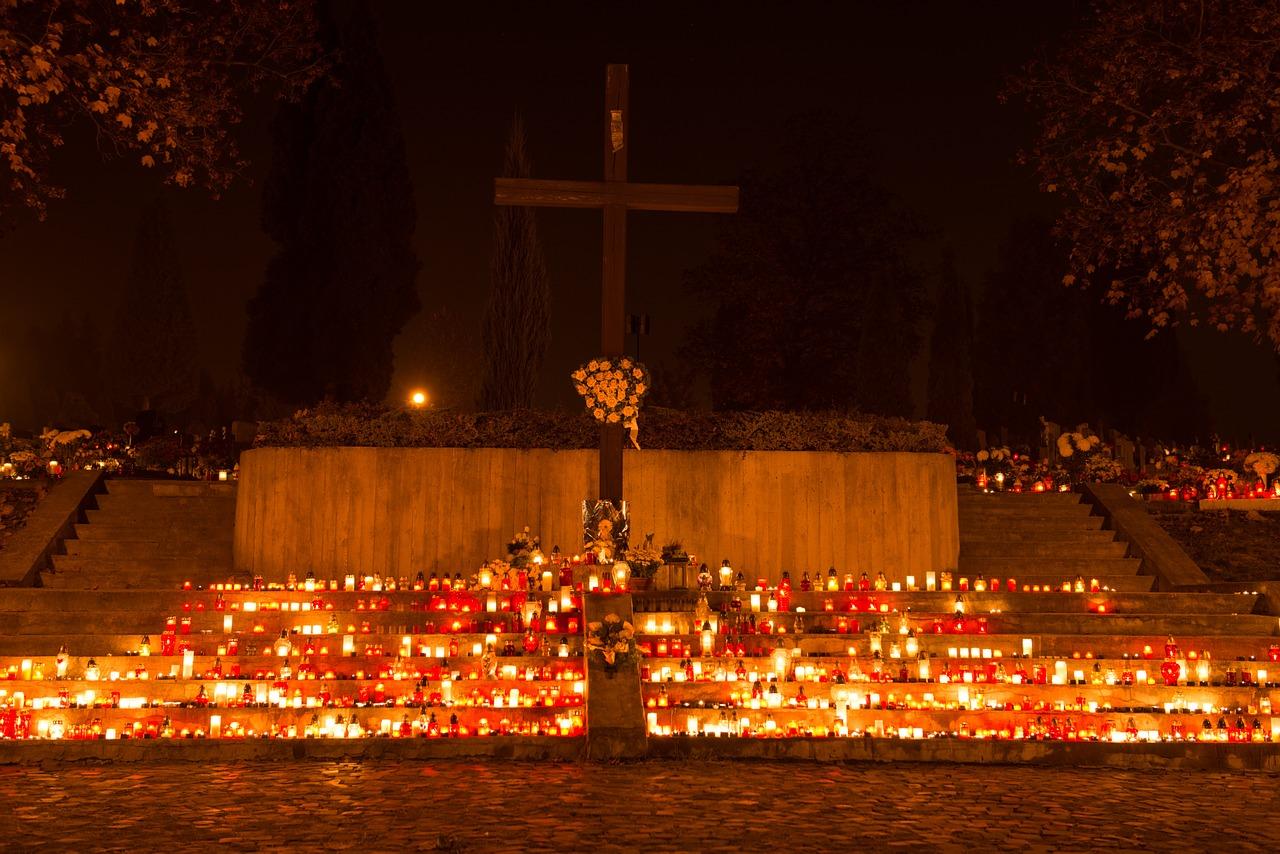 święto zmarłych na cmentarzu
