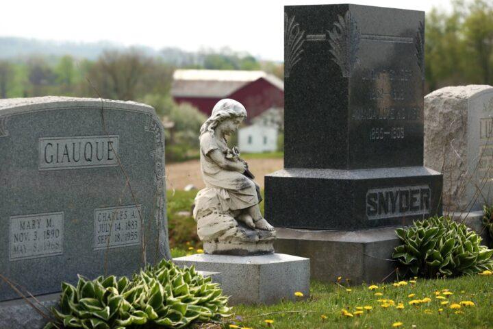 Pomniki i nagrobki – co wybrać?